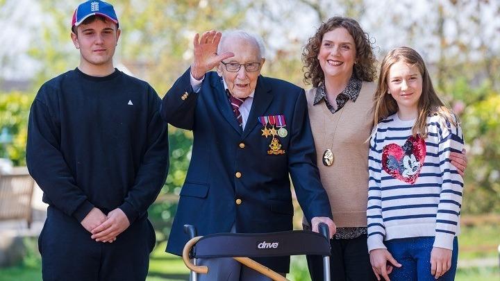 Απεβίωσε στα 100 του ο βετεράνος Τομ Μουρ, ο ήρωας που συγκέντρωσε εκατ. λίρες για το NHS